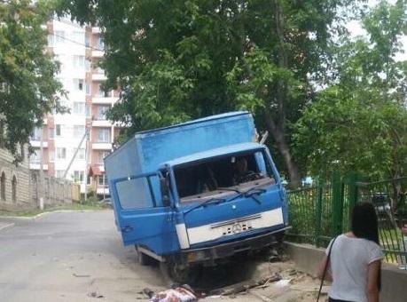 В Кишиневе грузовик вылетел на тротуар: серьезно пострадал пешеход (ФОТО)