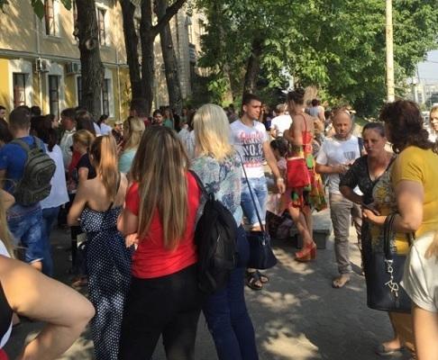 """Абитуриенты """"берут штурмом"""" Медицинский университет в Кишиневе (ФОТО)"""