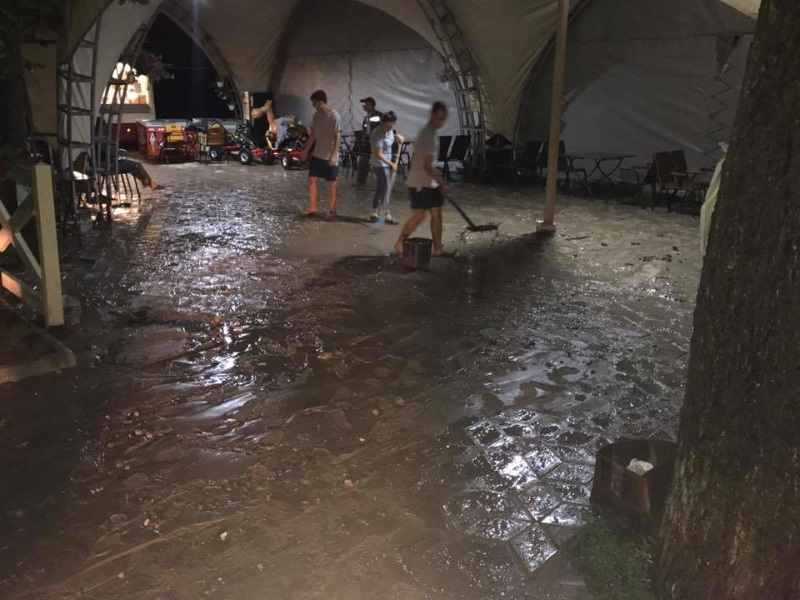 Сильнейший ливень затопил дороги и здания в Тараклии (ФОТО)