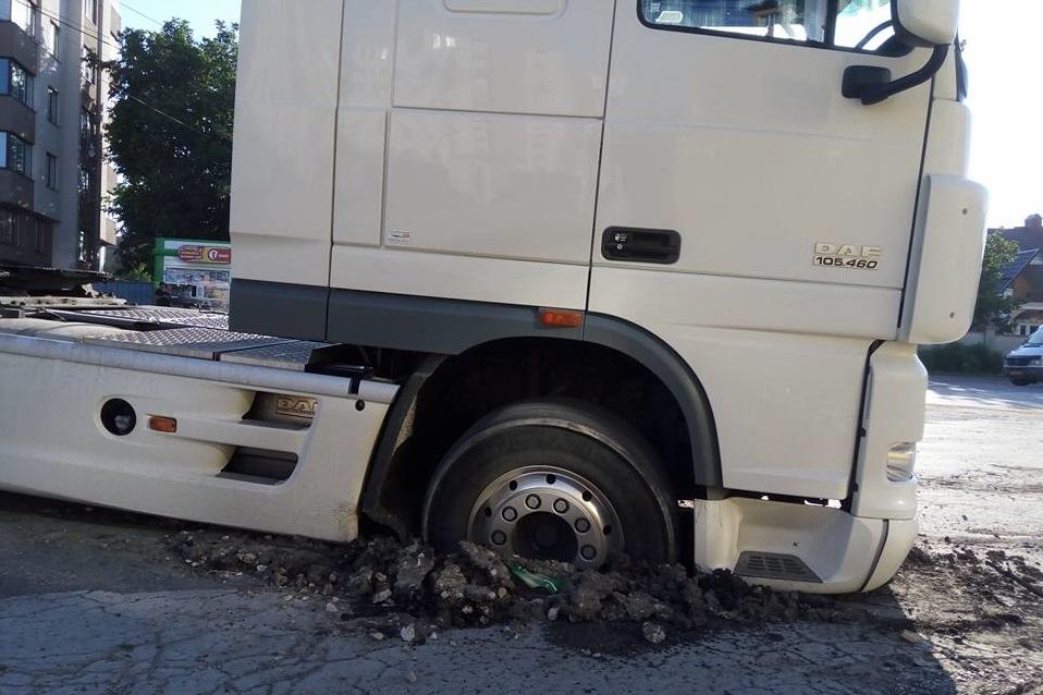 В Дурлештах тягач провалился в дыру в асфальте (ФОТО)