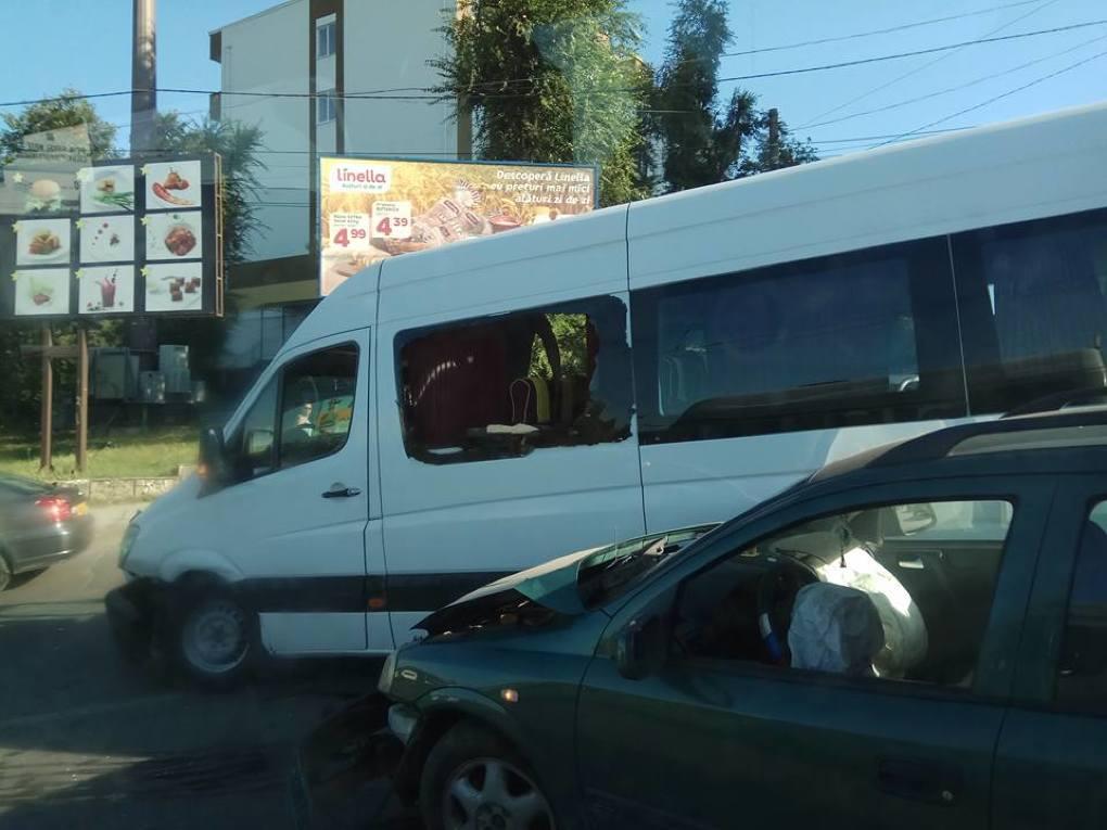 Столкновение микроавтобуса и легковушки создало пробку в Кишиневе в час пик (ФОТО)