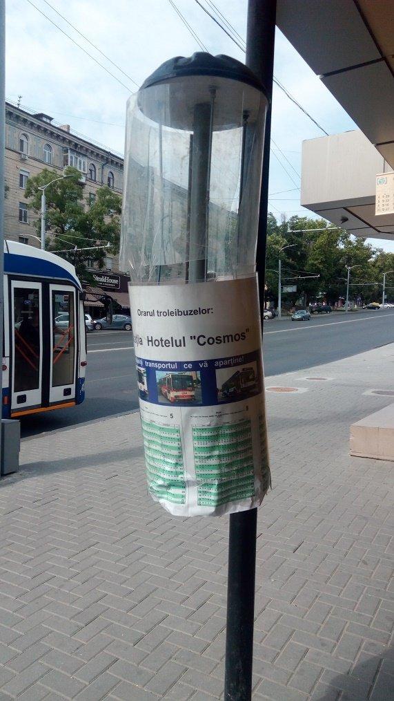 Вандалы испортили панно с расписанием общественного транспорта в Кишиневе