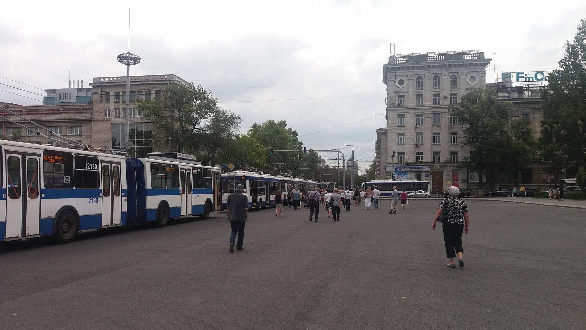 Из-за обрыва линии в центре Кишинева встали троллейбусы (ФОТО)