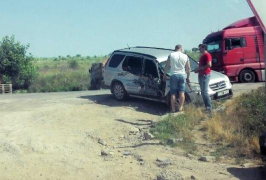 Легковой автомобиль столкнулся с экскаватором при выезде из Кишинева