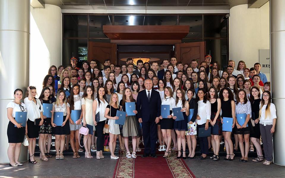 Президент наградил лучших выпускников со всей Молдовы почетными грамотами (ВИДЕО)
