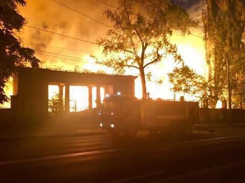 Сильнейший пожар охватил Республиканский стадион (ВИДЕО)