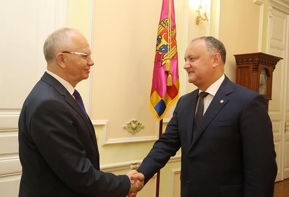 Игорь Додон обсудил с послом России вчерашнюю провокацию в аэропорту Кишинева