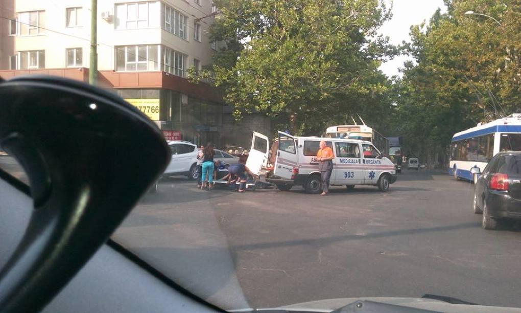 Мотоциклист серьезно пострадал в результате сильного столкновения с автомобилем (ФОТО)