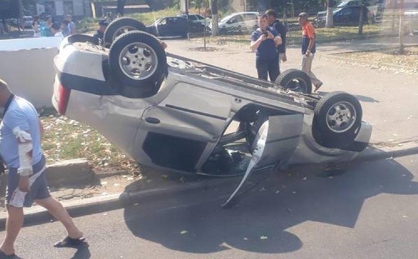 На Рышкановке перевернулся легковой автомобиль (ФОТО, ВИДЕО)