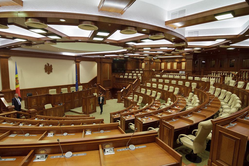 В Кишиневе мужчина кинул в здание парламента бутылку с дизельным топливом и разбил окно (ВИДЕО)
