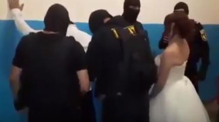 Пьяных жениха и невесту в Кишиневе доставили со свадьбы прямиком в полицейский участок (ВИДЕО)