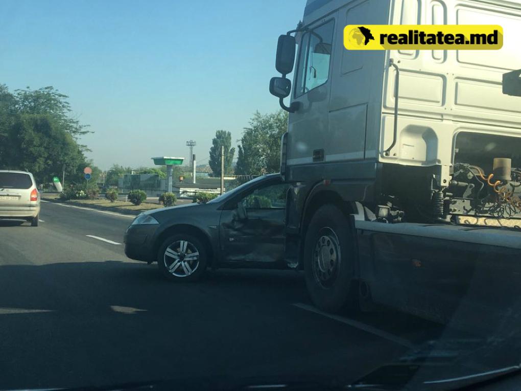 Утреннее ДТП в Сынджере: легковой автомобиль столкнулся с грузовиком
