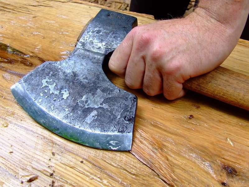 Жестоко зарубившие топором односельчанина мужчины проведут по 30 лет за решеткой