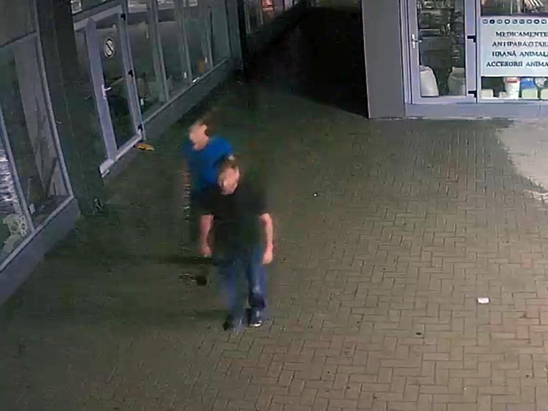 Полиция разыскивает грабителей, напавших ночью со спины на жителя столицы (ВИДЕО)