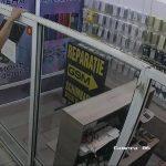 Ограбление магазина средь бела дня в столичном торговом центре попало на видео