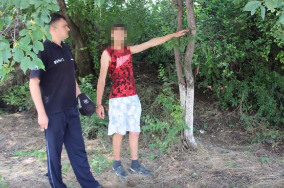 Напавшего с пистолетом на продавщицу грабителя схватила полиция (ВИДЕО)
