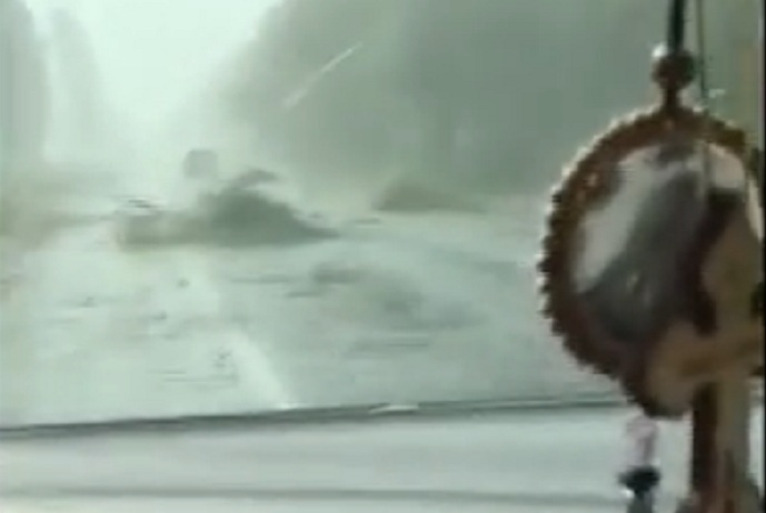 Ураган на смену удушающей жаре: в Новых Аненах дождь и ломаются деревья (ВИДЕО)