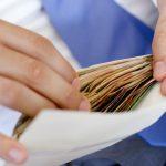 Столичный предприниматель попался на выдаче зарплаты «в конвертах» 40 сотрудникам (ВИДЕО)
