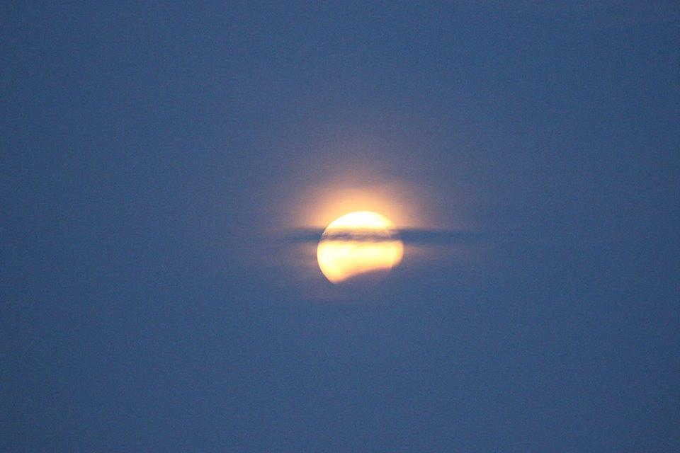 Жители Молдовы наблюдали этой ночью лунное затмение (ФОТО, ВИДЕО)