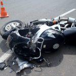 Мотоциклиста госпитализировали с открытым переломом после столкновения с легковым автомобилем