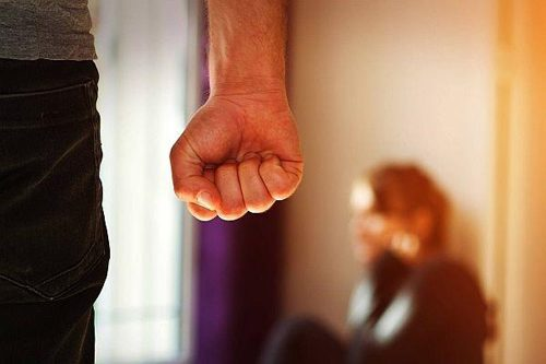 Отчим жестоко избивал детей сожительницы за то, что они мешали ему отдыхать