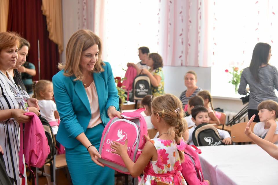 Первая леди вручила ранцы с канцтоварами детям на юге страны (ФОТО)