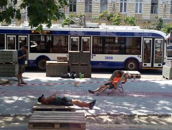 «Очень старательные» укладчики плитки на бульваре Штефана чел Маре возмутили горожан (ФОТО)
