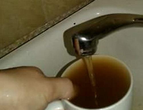 Ржавая вода из крана возмутила жителей столицы (ФОТО)