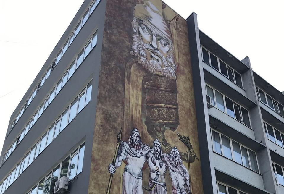 На одном из зданий Ботаники появилось огромное изображение дакийского царя Децебала (ВИДЕО)