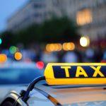 В Кишинёве мужчина выплеснул гнев, пнув дверь машины такси: полиция разыскивает хулигана