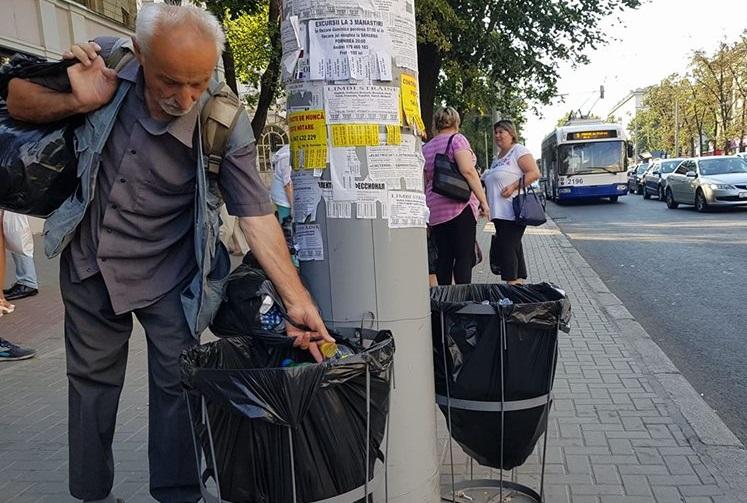 Полиэтиленовые пакеты вместо привычных урн возмутили жителей столицы (ФОТО)