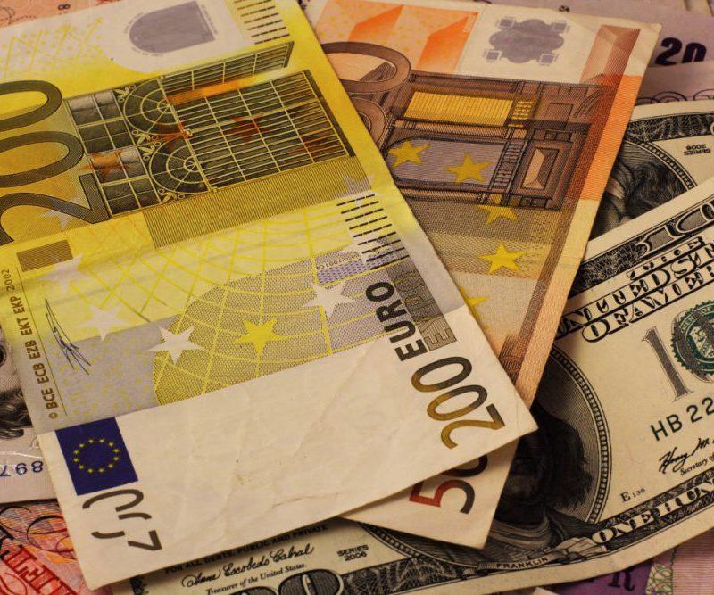 Курс валют на четверг: доллар и евро продолжают дешеветь