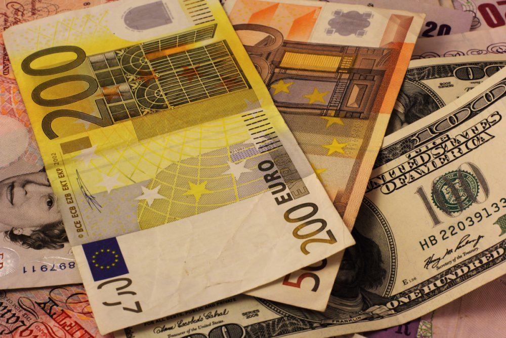 Курс евро и доллара продолжает снижаться