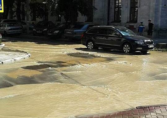 В центре Кишинева образовалась река из-за прорыва трубы (ФОТО, ВИДЕО)