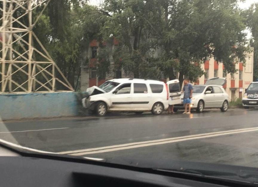 Автомобиль врезался в бетонную опору на въезде в Кишинев (ФОТО)