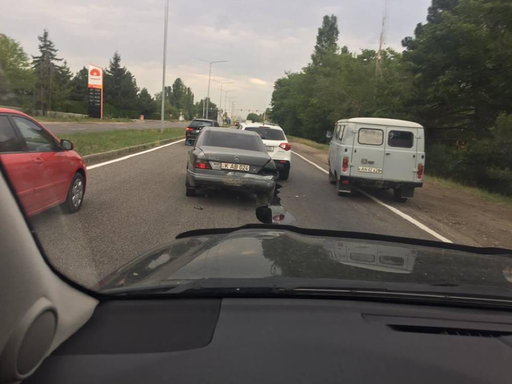 Три столкнувшихся автомобиля затруднили движение на Ботанике (ФОТО)