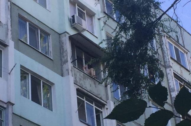 Девушка угрожает прыгнуть с 7 этажа на Ботанике (ФОТО, ВИДЕО)