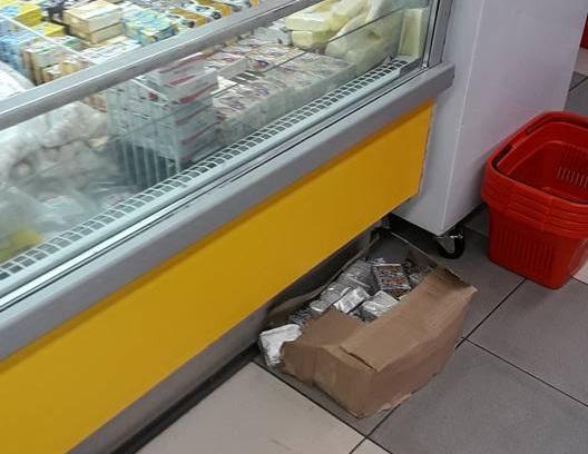 Ужасное обращение с продуктами питания запечатлели в столичном магазине (ФОТО)