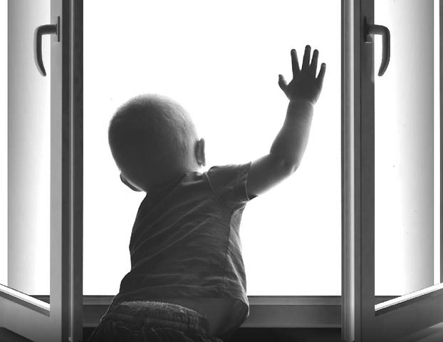 В Тирасполе 2-летний малыш, оставшись без присмотра, выпал из окна четвертого этажа