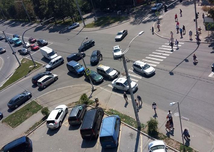 Несерьезное ДТП на злополучном перекрестке спровоцировало пробку (ФОТО)