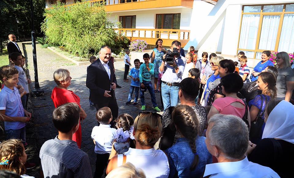 Дети из малоимущих семей вместе с родителями посетили резиденцию президента (ФОТО)