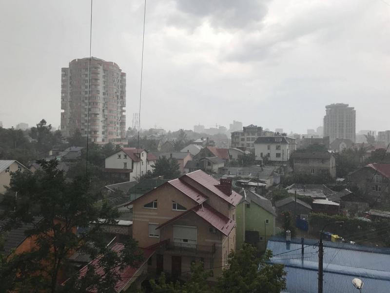 Долгожданный дождь в Кишиневе: горожане наслаждаются прохладой (ФОТО, ВИДЕО)