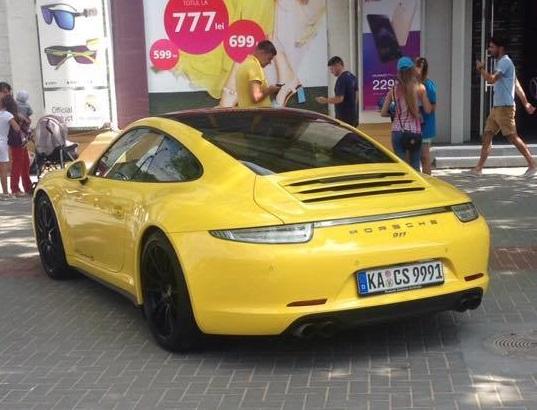Нагло припаркованный на тротуаре желтый Porsche запечатлели в центре Кишинева (ФОТО)