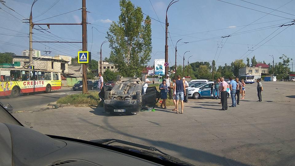 Женщина оказалась заблокирована внутри перевернутой машины в Кишиневе (ФОТО)