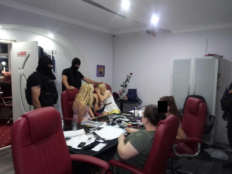 «Девушек легкого поведения» и некачественную продукцию обнаружили в клубах Кишинева (ВИДЕО)
