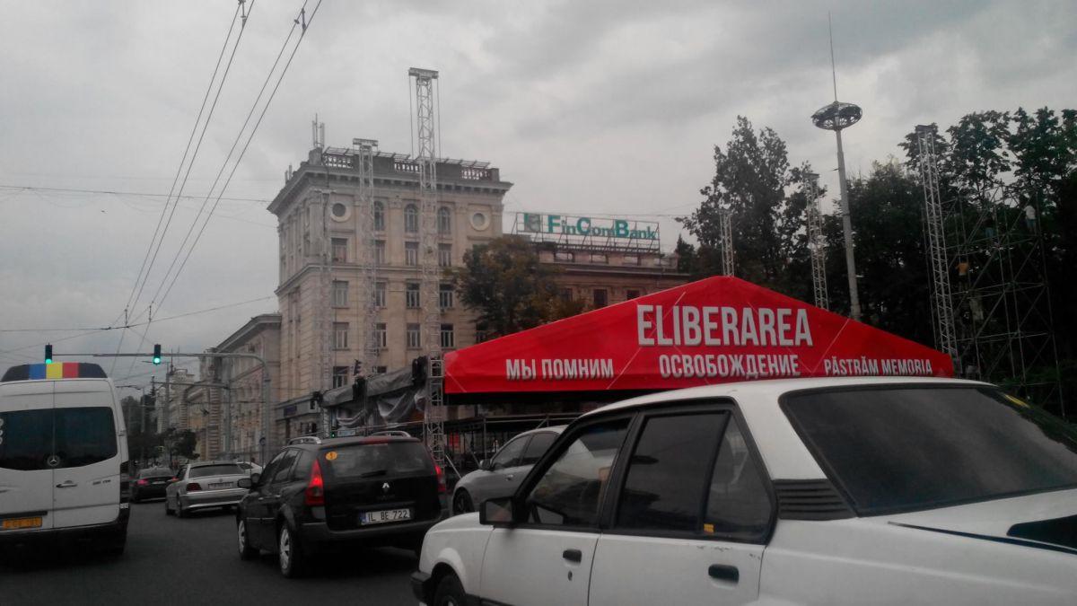 На ПВНС уже установили сцену для концерта на День освобождения Молдовы (ВИДЕО)