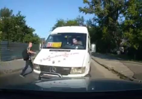 """Нахальное поведение маршрутчика на """"встречке"""" возмутило кишиневцев (ВИДЕО)"""