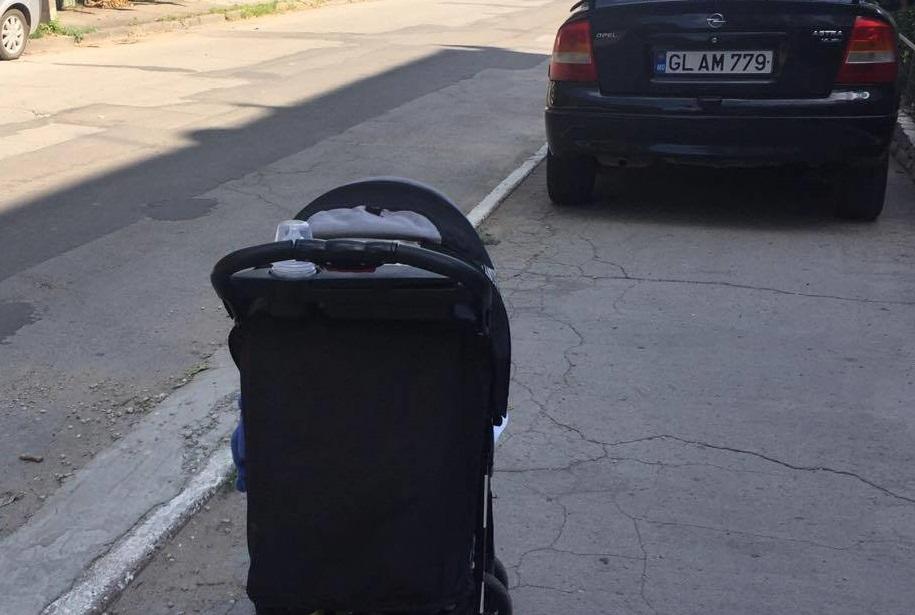 Патовая ситуация поставила в тупик маму с коляской на тротуаре (ФОТО)