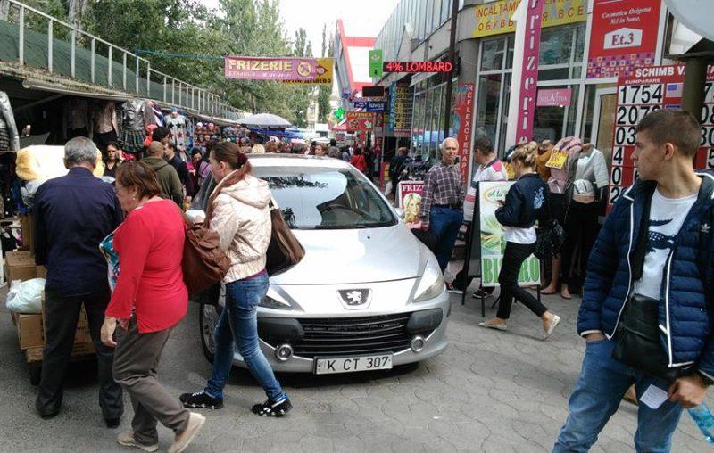 Парковка автомобиля посреди тротуара возле Центрального рынка разозлила жителей столицы (ФОТО)