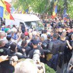 Водитель въехавшего в толпу протестующих микроавтобуса задержан